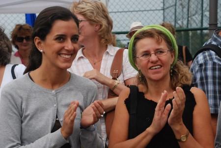 Cristina og Unni Elisabeth ser på folkeleik frå Valencia