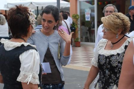 Cristina snakkar med lokale dansarar frå Valencia