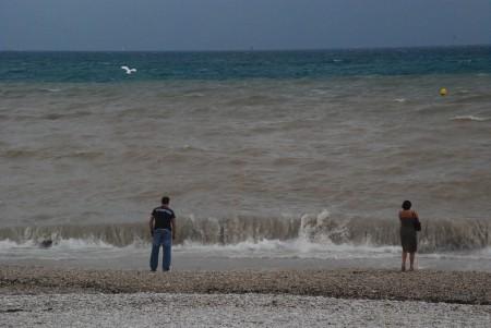 Og her ender alt vatnet, i Middelhavet, på badestranda vår.