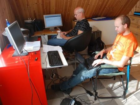 Skjalg og Odin arbeider frå soverommet i Schancheholen..