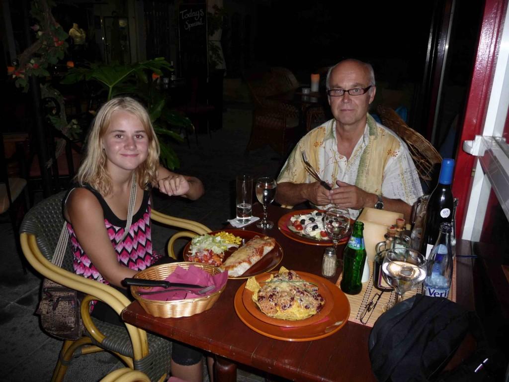 Her e me på meksikansk restaurant. Kitty Karina likar mykje forskjellig mat, men strir med ferske tomatar. Det må me få eil løysing på