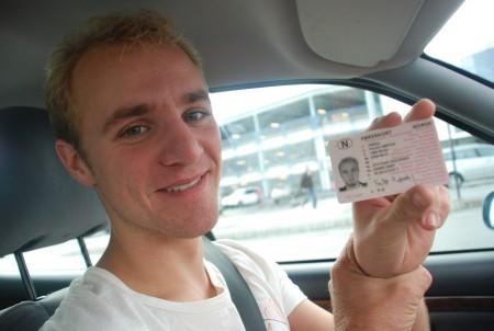 Falke fekk lappen den 7. september. Fyrste gong eg kjøyrer med han etter det! Eg gler meg til bilturen nerover Europa med den ferske sjåføren!