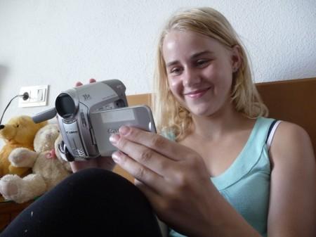 Kitty Karina ser helsing frå vener på video