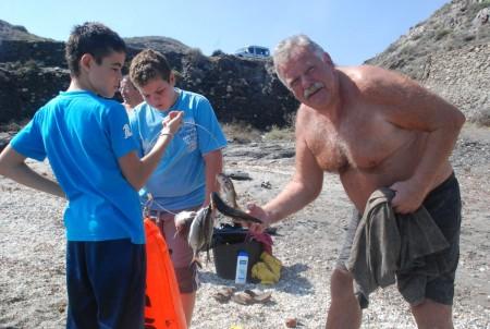 Einar skejjer fangsten til dei spankse fiskarene.