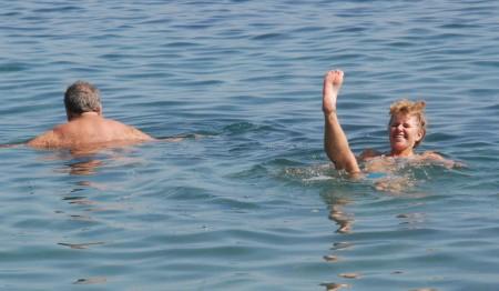 Einar og Unni Elisabeth bader i Middelhavet