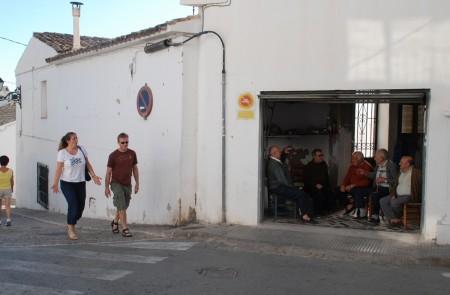 Gamle menn i passiar i garasjen