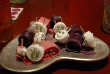 Åasne og Marte hadde laga smågodt m marsipan og gele