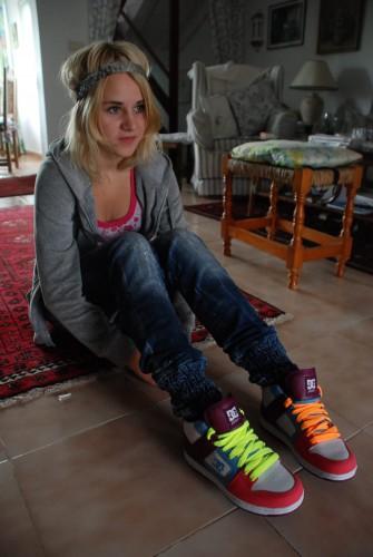 Kitty Karina er glad for dei nye skoa sine!