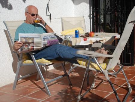 En fortjena pause med alkoholfritt øl, avis og mat frå i går!